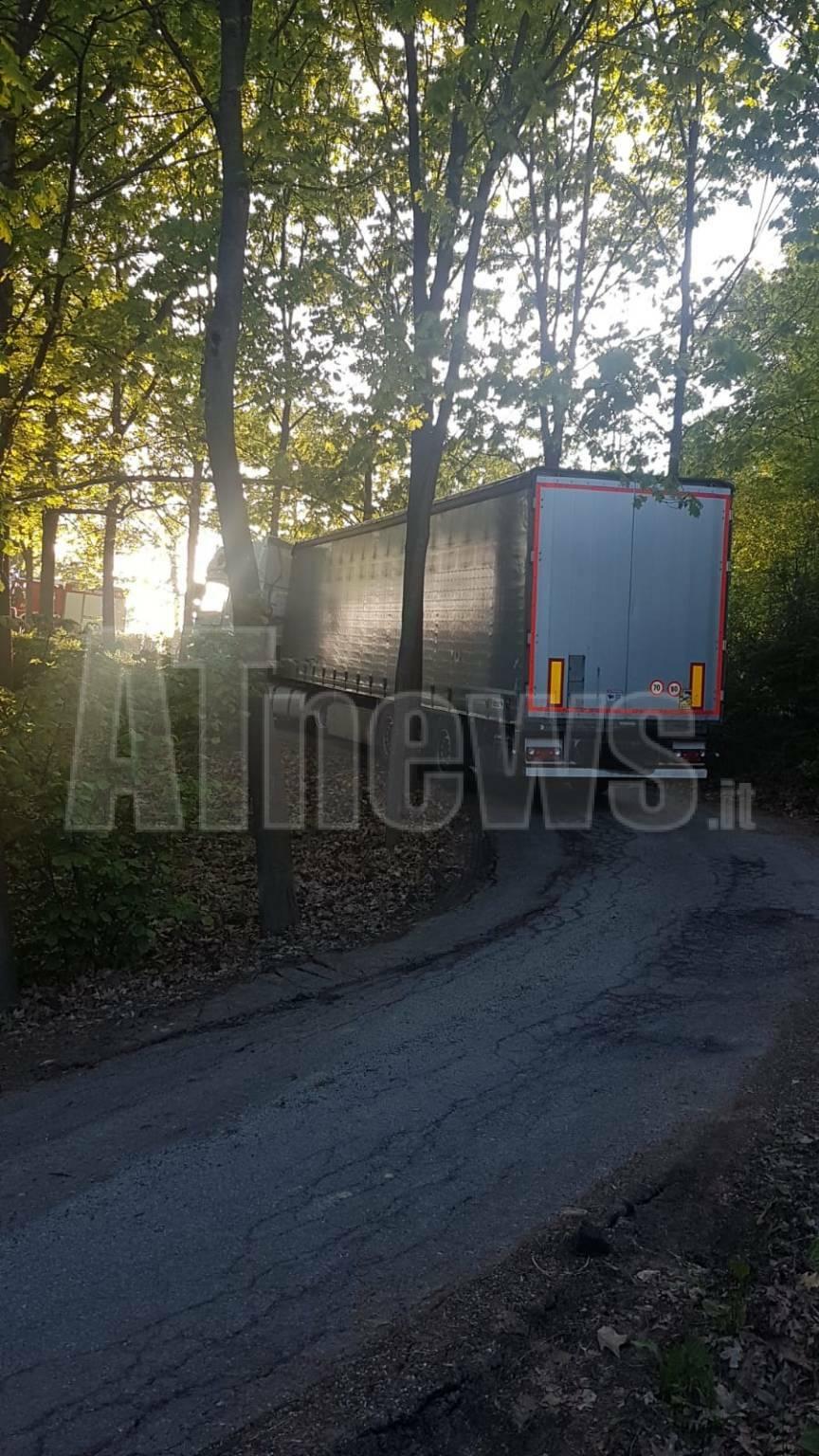 camion bloccato in strada formaggera