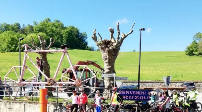 Brozolo, una bici gigante in legno per salutare il Giro d\'Italia