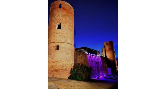 castello di moasca illuminato rosa