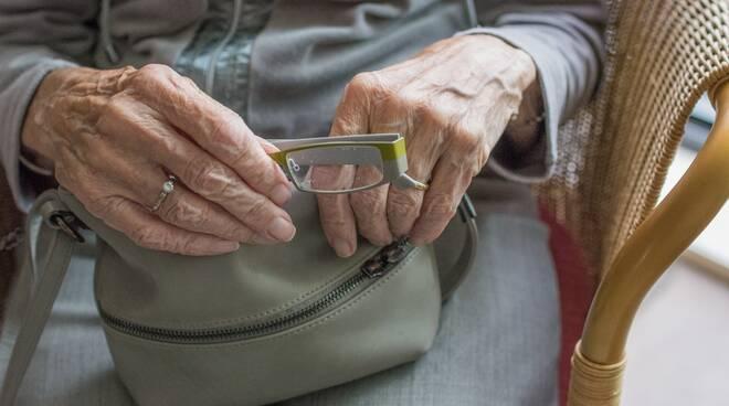 anziana portafoglio truffa anziani Foto di Sabine van Erp da Pixabay