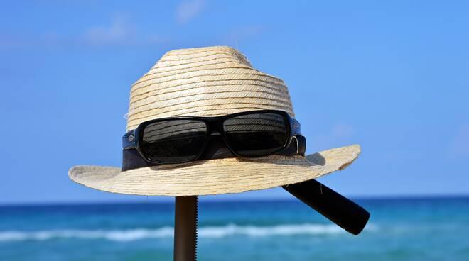 occhiali da sole vacanza Image by Thomas Schroeder from Pixabay