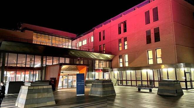 Ospedale asti illuminato rosa